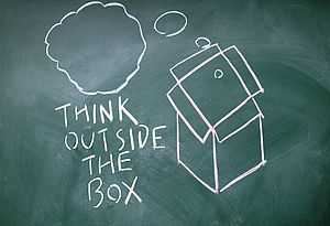 "Tafel mit Beschriftung ""Think outside the Box"""